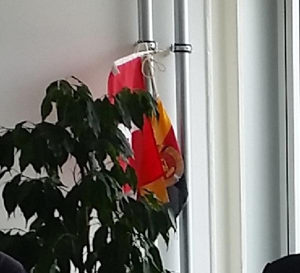 Foto: Dienst «ÜPF»-Räumlichkeiten mit Flagge der ehemaligen DDR
